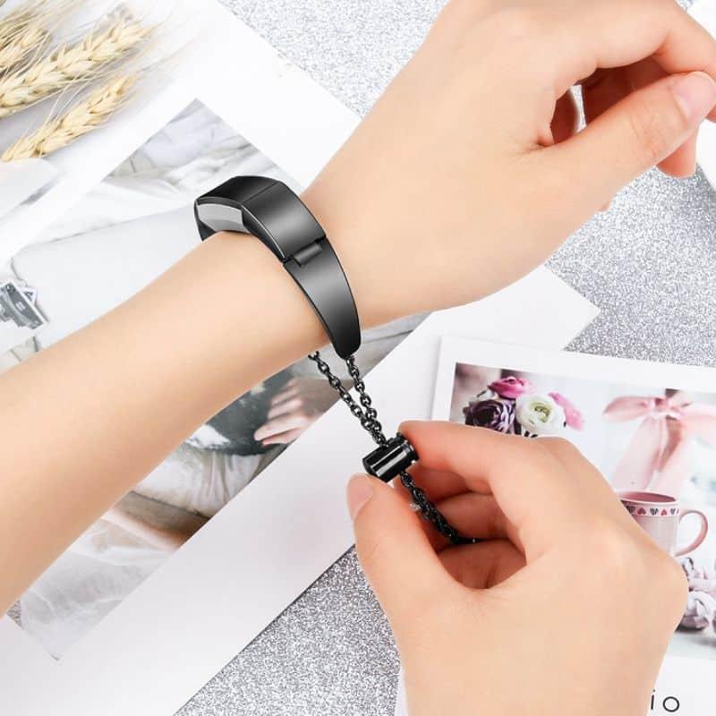 Fitbit bandje alta zwart hanger - Onlinebandjes.nl